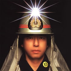 ジャケットはなぜか消防士用の防火服。