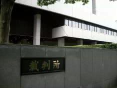 この日の東京地裁には岡村被告の裁判を一目見ようとファンが殺到。傍聴可能人数20人のところ、201人が傍聴券を求めて長蛇の列を作った。