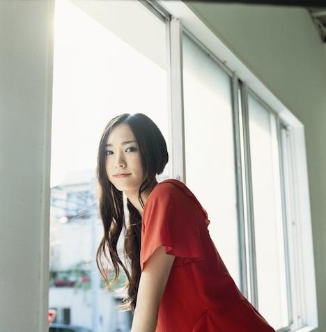 主演映画「フレフレ少女」が10月11日公開、2ndシングル「赤い糸」が10月15日にリリースと、この10月はガッキーファンにとってうれしいイベントが続く。