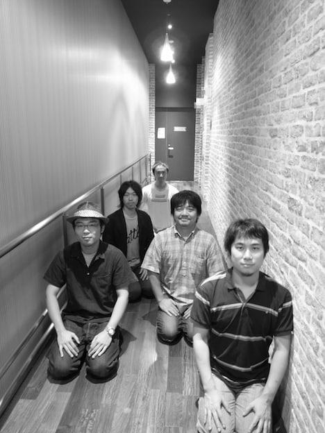 バカボン鬼塚と村上雄信はともにラジオ番組のディレクター。2人は面白ロックバンド「かかし」としても活動している。