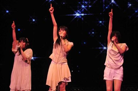 ライブ冒頭はピンク色の衣装で登場。本編中盤「Butterfly」の映像が流れている間に衣装替えが行われた。