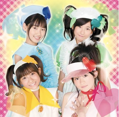 シングル「みんなのたまご」通常盤ジャケットは、メンバーのバストアップ写真が目印。