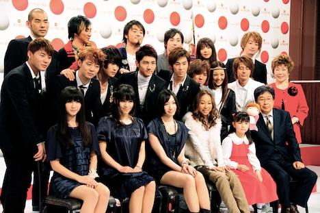 写真は11月25日に行われた出場歌手発表会見の模様。秋川雅史は3年連続で「千の風になって」を披露する。