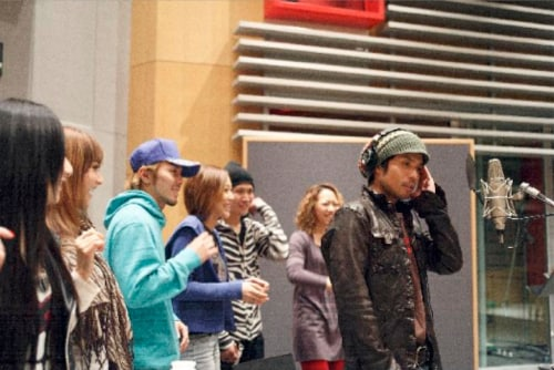 その場で追加レコーディングを快諾した久保田利伸。憧れの人を前に目を輝かせるRSPのメンバーが印象的だ。
