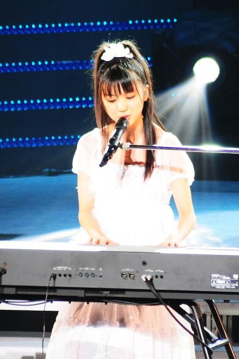 ピアノを弾きながら歌う真野恵里菜。