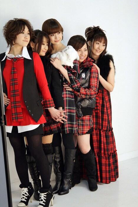 写真はジャケット撮影中のひとコマ。アニメの主人公・乃木坂春香の声は能登麻美子(写真中央)が担当している。