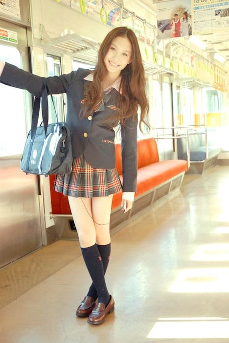 制服姿で電車に乗り込むMay。幸いにして車内は混み合っておらず、痴漢の心配はない。