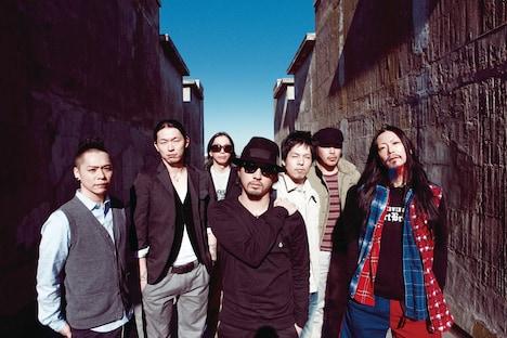 Dragon Ashはフリーライブ翌日の3月4日にニューアルバム「FREEDOM」をリリース。アルバムは「運命共同体」「繋がりSUNSET」「Velvet Touch」といったシングル曲を含む14曲入り。初回限定盤にはDVDが付属する。