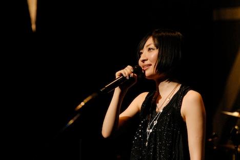 """写真は今年1月24日の東京国際フォーラム公演の模様。「マジックナンバー」のストリングスアレンジを担当している河野伸は、このステージの編曲も手がけた。なお、このライブの模様はDVD「坂本真綾LIVE TOUR 2009 """"WE ARE KAZEYOMI!""""」で観ることができる。"""