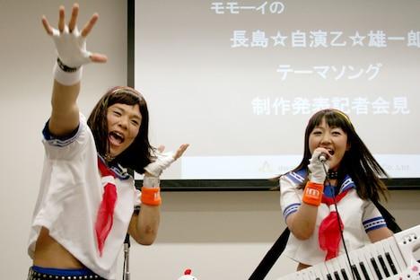 2人は記者会見の席上で楽曲を披露。「マスコミに向かってヲタ芸を打つことになるとは」と、戸惑いながらも熱唱&熱演した。