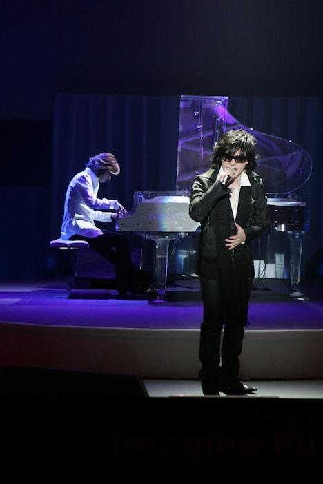 写真はサプライズライブの様子。クリスタルピアノによる演奏で名曲「Forever Love」が披露された。