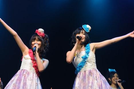 MCでは相思相愛ぶりが明かされたアイドリング!!!3号遠藤舞(写真左)とAKB48の前田敦子(右)。