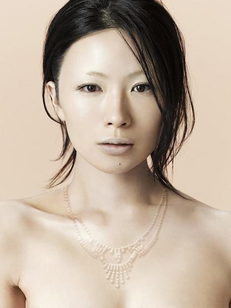 ともさかりえと同じく6月24日にニューアルバム「三文ゴシップ」をリリースする椎名林檎。これまでも「カプチーノ」「少女ロボット」など数々の楽曲をともさかに提供している。