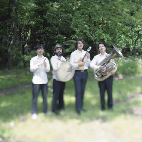 栗コーダーカルテットは4月22日にライブアルバム「夏から秋へ渡る橋」をリリースした。
