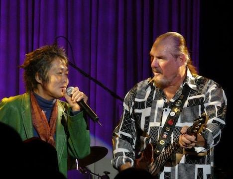 写真は2008年11月20日ブルーノート東京で行われたBOOKER T. & The MG'sのライブに飛び入り出演したときの模様。「イン・ザ・ミッドナイト・アワー」などのソウルナンバーを熱唱した。