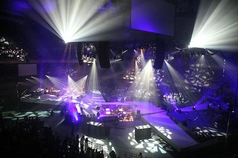 ステージを俯瞰で眺めたところ。中央のステージを挟み、南北のステージがシンメトリーに配置されている。