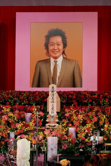 遺影の中の清志郎はモスグリーンのスーツ姿。優しい笑顔が印象的だった。