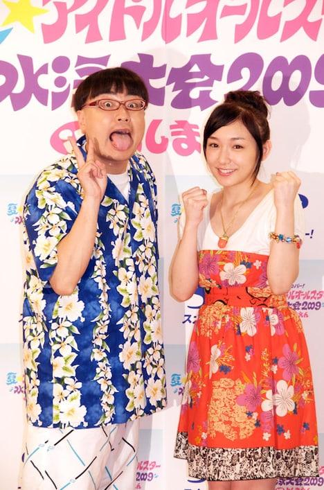 番組MCを務めるイジリー岡田(左)と加護亜依(右)。当日は水着にはならない予定という加護だが「心は水着で!」と笑顔を見せた。