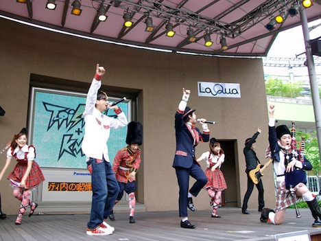天才ダンサー、イン・チキータ(ラッキィ池田・写真左から3番目)を擁するラテンでパンクなパフォーマンスユニットT-Pistonz+KMC。駆けつけたチビッ子たちも思わずノリノリだ。