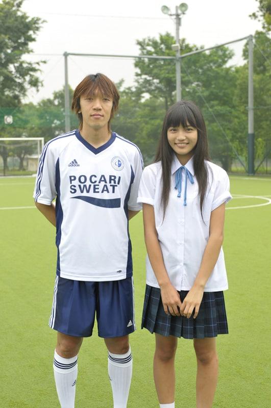 中村俊輔(写真左)は「本当の試合では笑えないけど、演技と言うよりもサッカーを教えるという設定に楽しんでやれた」と撮影時の感想をコメント。