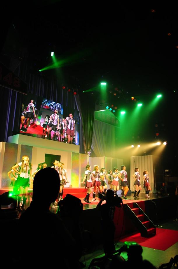 「涙サプライズ!」を熱唱するAKB48。