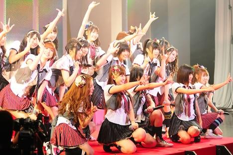 大ヒット曲「涙サプライズ!」を熱唱するAKB48。大島優子以外の選抜メンバー19人がステージに立った。