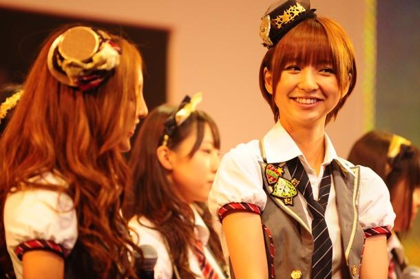 MC中のAKB48メンバー。左から板野友美、篠田麻里子。