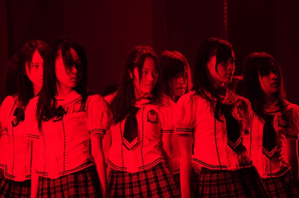 「強き者よ」を披露するSKE48。
