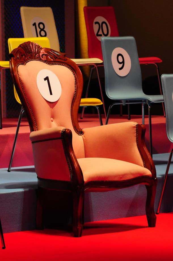 選抜メンバー・センター位置に置かれた1位の椅子。