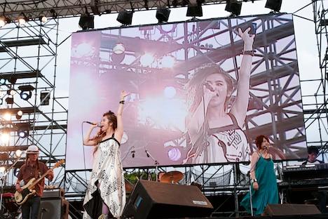 Charaは「やさしい気持ち」「Junior Sweet」といった代表曲からリリースされたばかりの新曲「Breaking Hearts」までメインステージで5曲を披露。