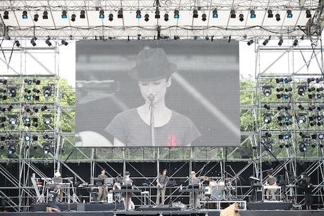 昨年に続いての出演となった、高橋幸宏、原田知世、高野寛らによるフォークトロニカバンドpupa。ピンキーとキラーズを思わせるおしゃれな衣装を身にまとった6人が鳴らす、美しく温かみのあるサウンドが会場を包んだ。