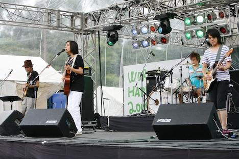 高野寛のライブでは、6月に発売されたシングル「Black & White」に加え「ベステンダンク」「虹の都へ」「夢の中で会えるでしょう」といった代表曲も惜しみなく披露。