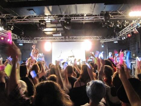 客席を煽りまくるモモーイ。後半戦「Wonder momo-i ~world tour version~」「LOVE.EXE」でフロアは異様な盛り上がりを見せた。