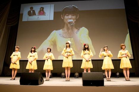 舞台上で自己紹介するBerryz工房の7人。