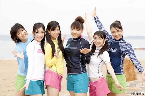 """""""息の長いアイドル""""にちなんで、海女修行をすることになったAKB48&SKE48のメンバー。写真左から宮澤佐江、松井珠理奈、倉持明日香、野呂佳代、大島優子、秋元才加。"""