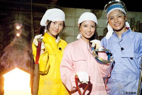 1200℃の熱さに負けず、備長炭作りにチャレンジする松井珠理奈(写真左)、倉持明日香(中央)、秋元才加(右)。この春中学校に入学したばかりの松井が、「ネ申テレビ」から初めてムチャぶりの洗礼を受けることになる。