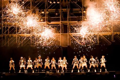 写真は「AKB48 夏のサルオバサン祭り」で「RIVER」を歌うAKB48。14thシングル収録の3曲は、アンコールで初披露された。なお、この模様は後日ナタリーでライブレポートとして紹介する予定。