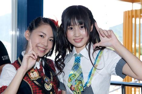 FUJIYAMAで園内スタッフに挑戦する松井珠理奈(写真左)と小森美果(右)。
