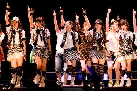 メンバーの河西智美は「夕陽が沈むのを感じながらライブができるのは、本当に幸せ」と喜びを語り、秋元才加は「野外でずっとやりたかった」と言って観客とともにウェーブを楽しんだ。