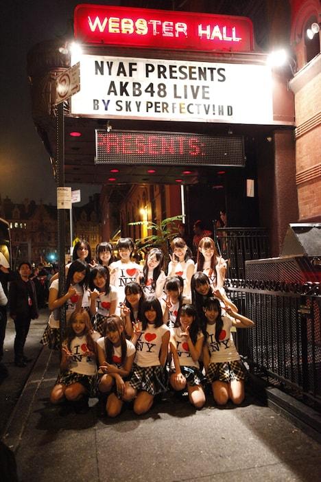 過去にマドンナなど、そうそうたる面々がライブを行ってきた老舗クラブWEBSTER HALLの前で記念写真。