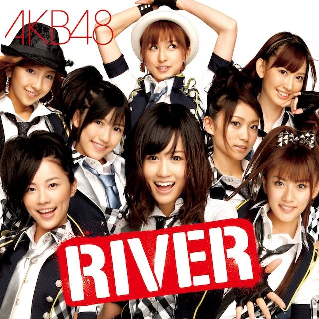 8月に行われた日本武道館公演では、各チームのシャッフルや研究生のチーム昇格などが発表された。今のところ新チームでの公演は、10月下旬以降を予定(写真はシングル「RIVER」通常盤ジャケット)。