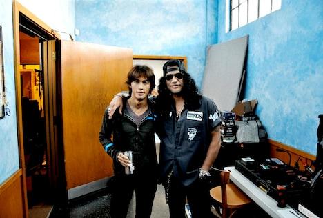 共通の知人を介して知り合ったという稲葉浩志(写真左)とスラッシュ(右)。「サハラ~feat.稲葉浩志」はこの夏、LAにてレコーディングされた。