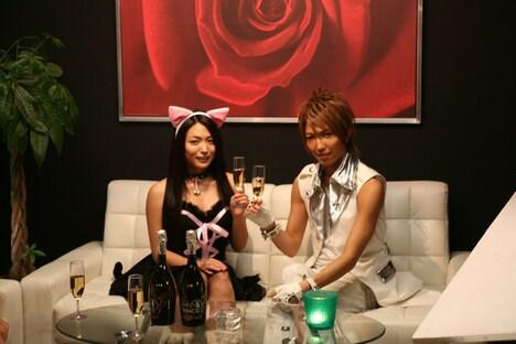 ネコ耳コスでグラスをかたむける川村ゆきえ(写真左)。パーフェクトな萌え衣装に、百戦錬磨のカリスマYUGA(右)も緊張気味。
