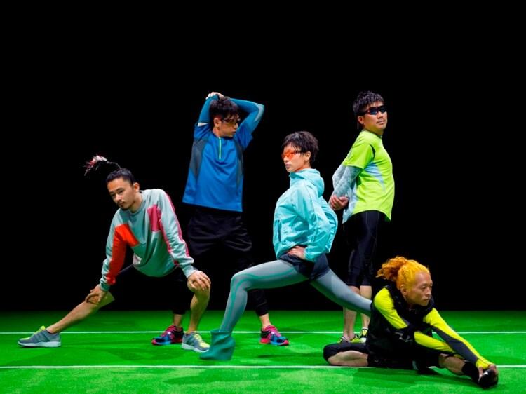 思い思いに体をほぐす東京事変の5人。運動の前には入念なウォーミングアップが肝要だ。