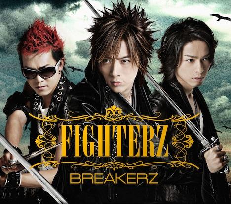 写真はアルバム「FIGHTERZ」初回限定盤Aジャケット。3人の勇ましい表情は、まさに現代に甦ったアトス・ポルトス・アラミス。