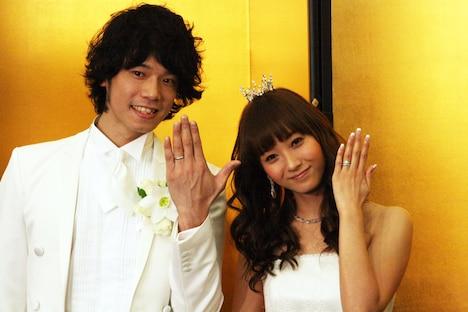 結婚指輪を見せる2人。末永くお幸せに。