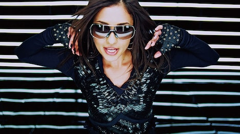 ミニアルバム「ATTITUDE」初回生産限定盤にはリード曲「Are ya Ready?」のビデオクリップを収めたDVDが付属(写真はビデオクリップのひとコマ)。