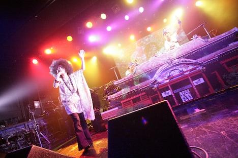 多和田えみはひらひらした服をまとって登場し、2曲を熱唱。