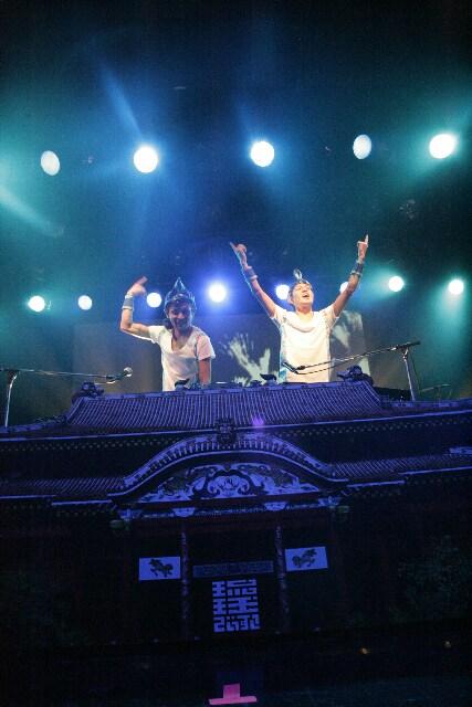 ライブではおなじみ、首里城DJ卓でプレイするRYUKYUDISKO。左が廣山哲史、右が廣山陽介だ。