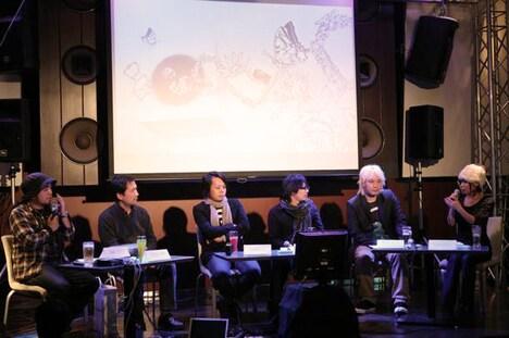 左からDJ急行(司会)、丹治吉順、コザキユースケ、小林オニキス、津田大介、フルカワミキ。